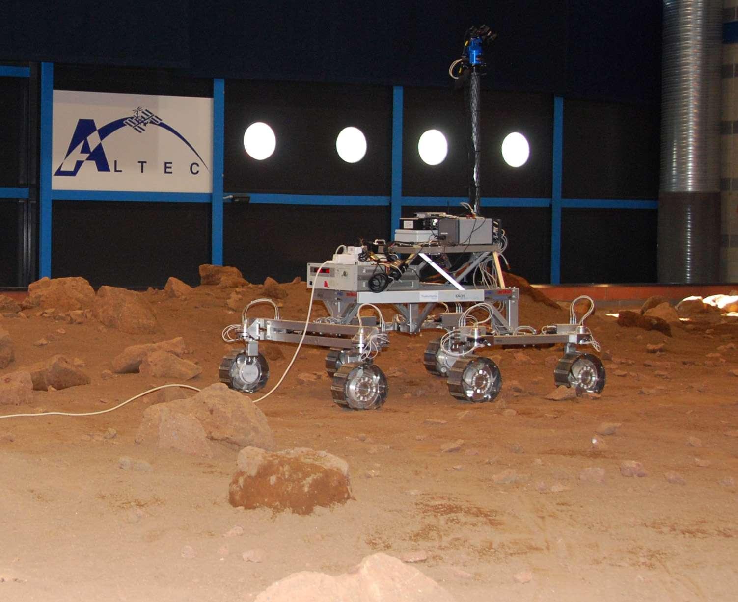 Un peu partout en Europe se prépare le rover ExoMars. Dans les locaux de Thales Alenia Space, Altec teste la locomotion du rover et met au point les algorithmes du logiciel de navigation qui lui permettra de gambader de façon autonome sur Mars. © Remy Decourt