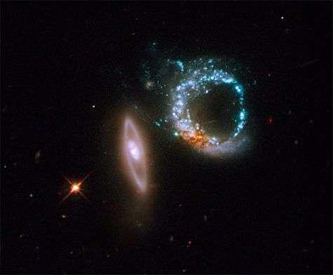 Une des dernières images de Hubble : Arp 147, un ensemble de deux galaxies en collision à 400 millions de km, vues par la caméra à large champ. Crédit Nasa