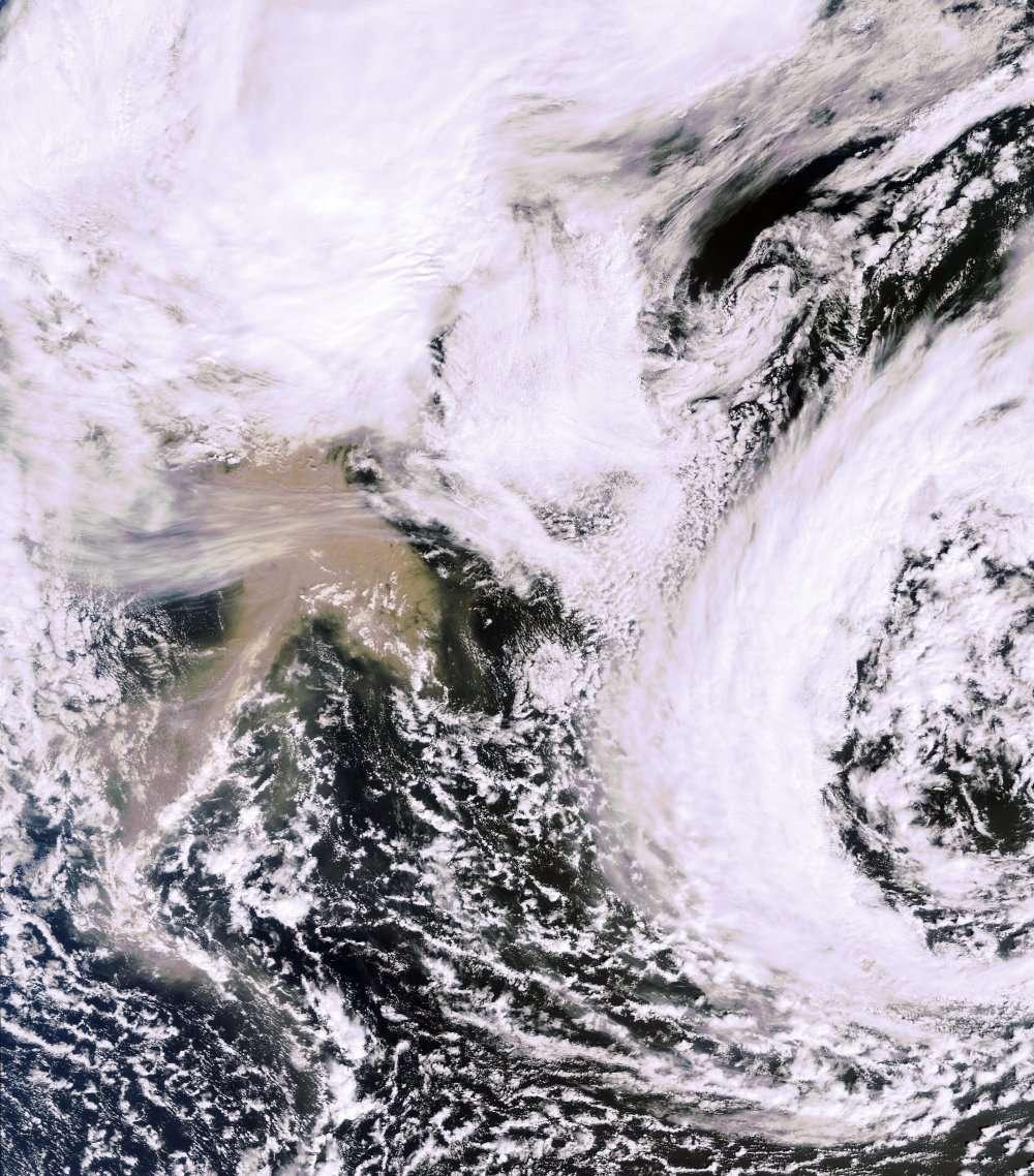 Le Grímsvötn, observé le 23 mai à 12 h 00 TU (14 h 00 en heure française) par l'instrument Meris du satellite Envisat. On remarque le panache de poussière marron. L'Islande est au nord, sous les nuages. © Esa