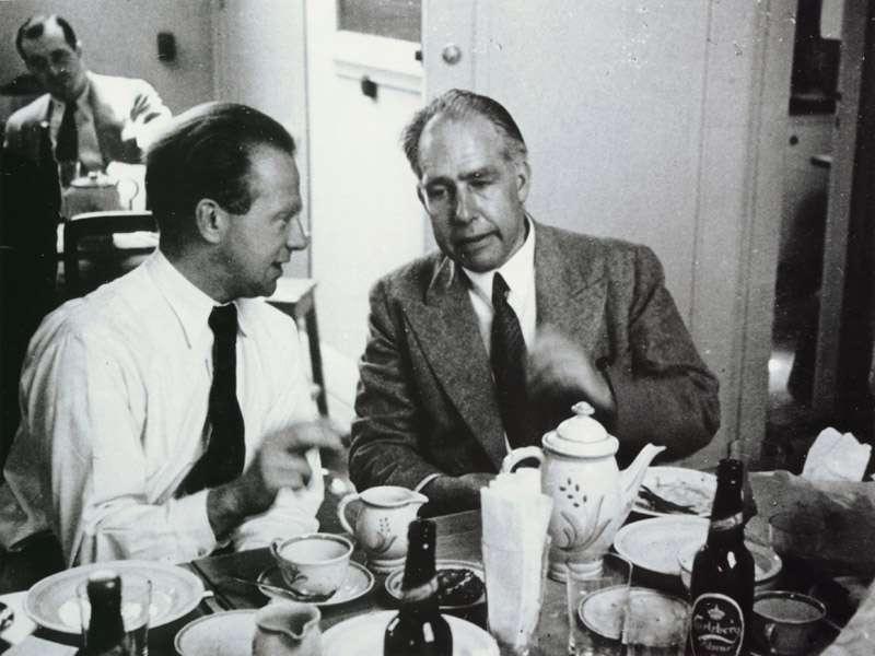 Deux des pères fondateurs de la théorie quantique et de son interprétation physique, Werner Heisenberg (à gauche) et Niels Bohr (à droite). Heisenberg a été à l'origine de la théorie quantique relativiste des champs avec Pauli. Leurs travaux ont posé les bases sur lesquelles Dirac et Fermi ont développé l'électrodynamique quantique. © AIP, Niels Bohr Library