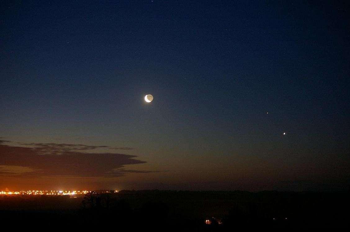 A l'aube du 20 juin 2009, Laurent Le Viennesse immortalisait cette rencontre entre (de gauche à droite) la Lune, Mars et Vénus.