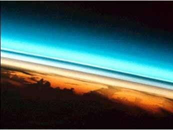 L'éruption du volcan Pinatubo (vu à l'image) est un événement majeur de rejet d'aérosols dans l'atmosphère. On estime qu'il aurait largué 17 millions de tonnes de dioxyde de soufre dans la troposphère. La photo est une vue de l'espace de la région du volcan. Deux couches d'aérosols sombres forment des limites distinctes dans l'atmosphère. L'altitude estimée des couches d'aérosols de ce point de vue est de 20 à 25 km, ce qui est cohérent avec les mesures effectuées par d'autres instruments spatiaux. © Nasa