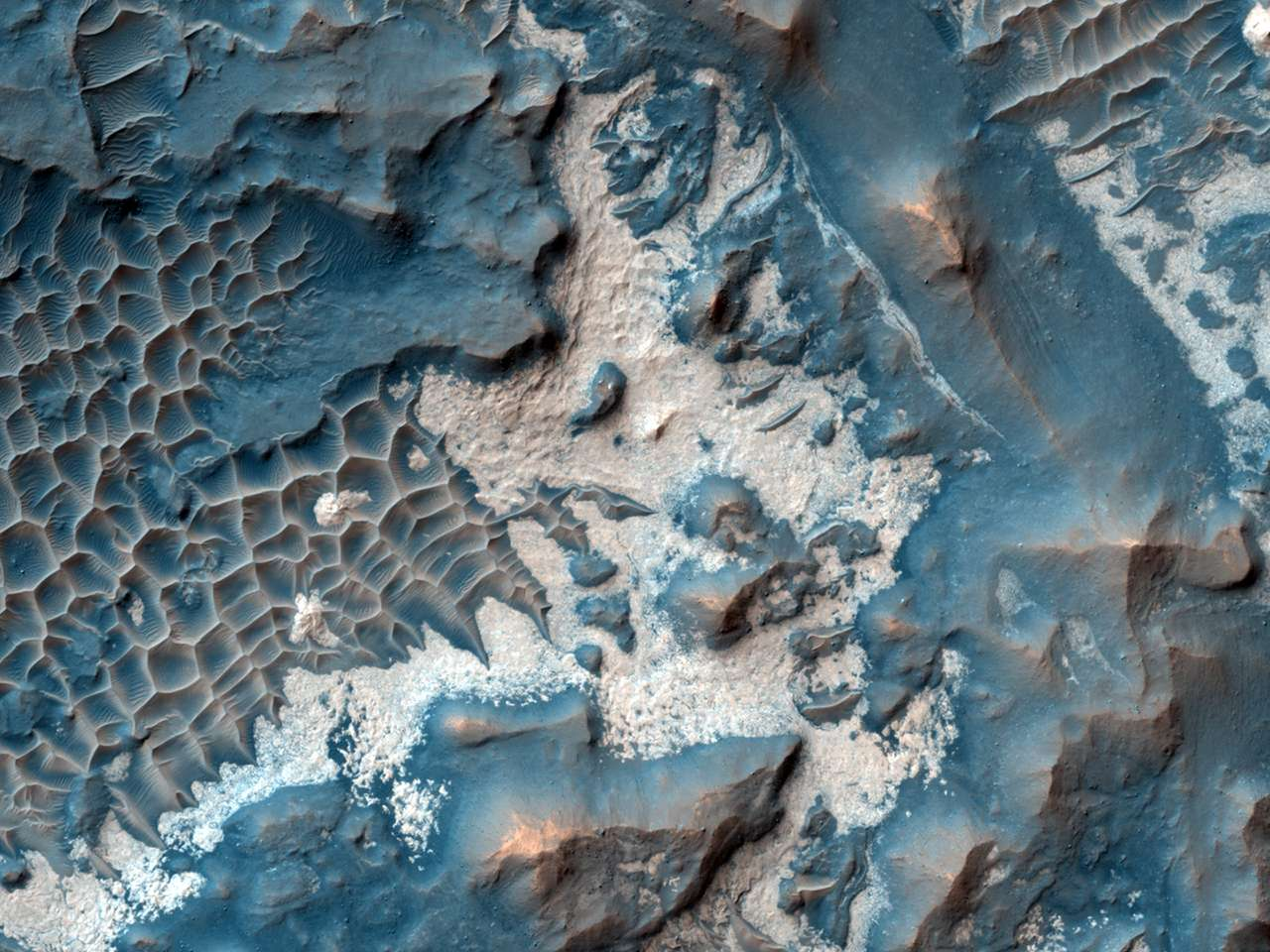 C'est à proximité du grand canyon de Valles Marineris que Hirise a photographié ce matériau brillant. D'après les analyses spectrales il serait riche en eau. © Nasa/JPL/University of Arizona