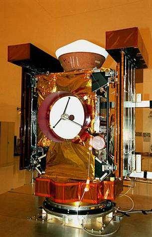 Stardust lors de sa construction. En haut, la capsule de retour d'échantillons. Nasa/JPL.