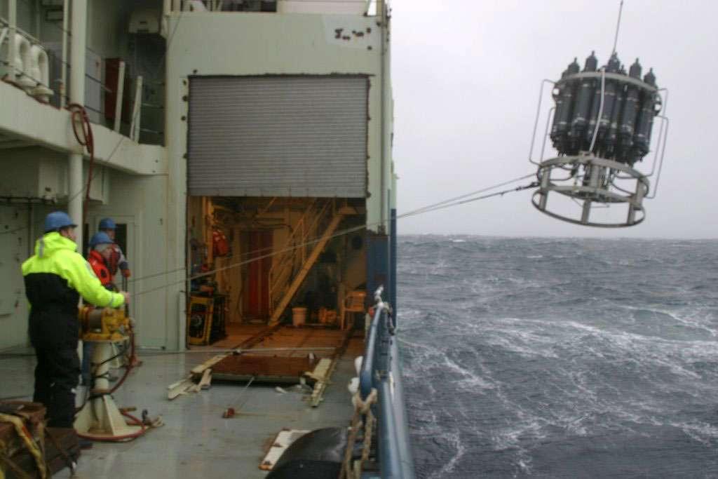 Lors des missions en mer au large de l'Islande, les scientifiques doivent réaliser régulièrement des mesures et des prélèvements d'eau. Parfois dans des conditions de météo difficiles... © WHOI