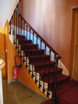 Le placard sous pente est souvent aménagé en dessous d'un escalier. © N.C, capl@washjeff.edu, CC BY-NC-SA 3.0