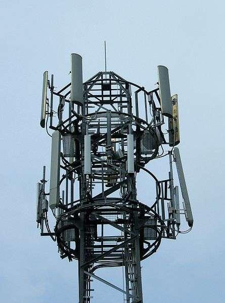 Sommet d'une antenne relais, hérissée d'émetteurs. © Andrew Skudder CC by-sa