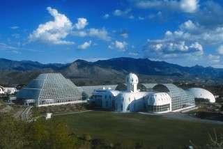 Biosphere 2 s'étale sur 14 hectares et comporte un hôtel. La serre elle-même, pyramidale, occupe 1,27 hectare au sol et enferme 122 000 mètres cubes d'air. © Biosphere 2