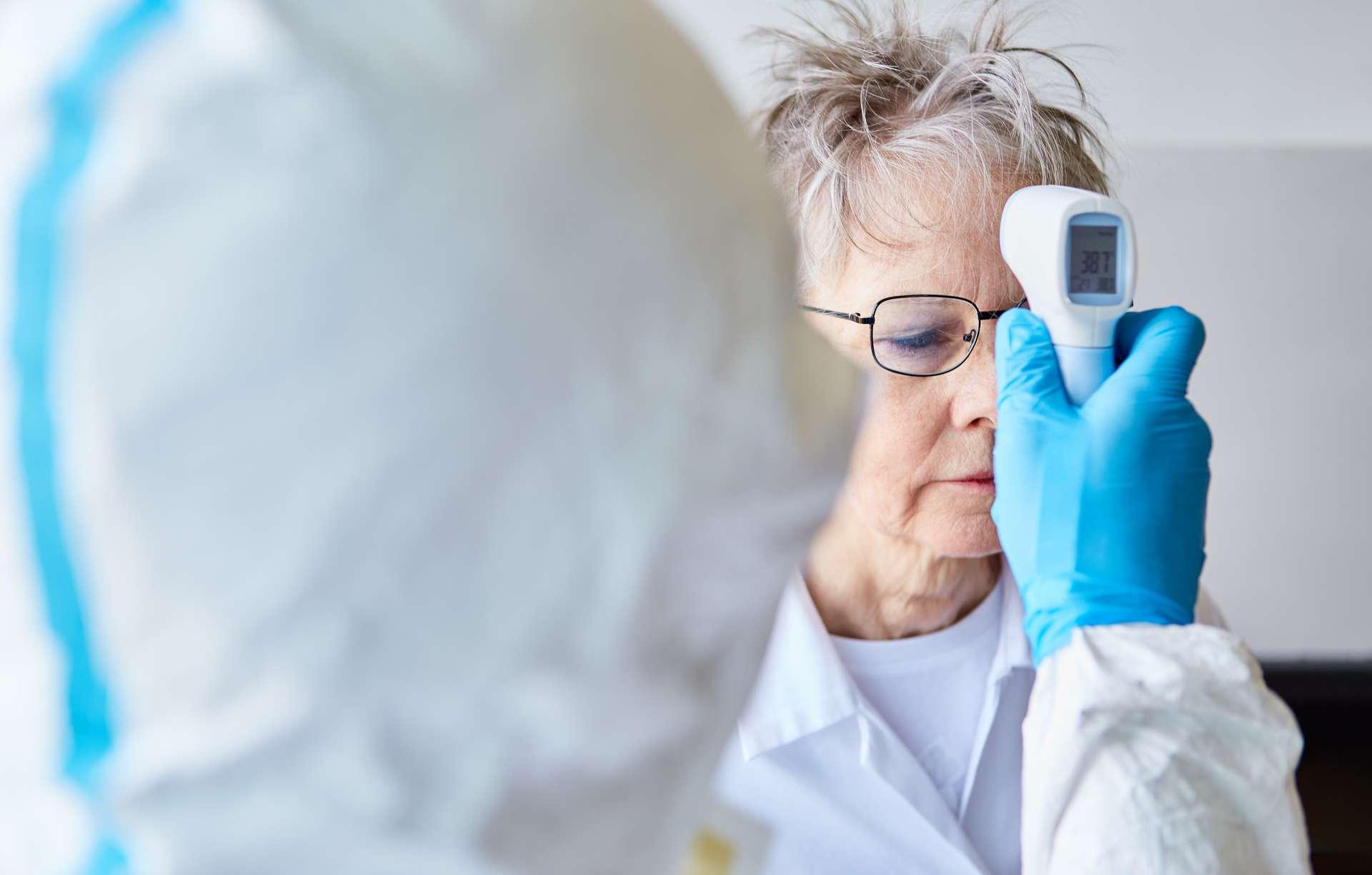 La fièvre reste le symptôme principal du Covid-19, avec la toux et des difficultés respiratoires. D'autres, plus rares, font désormais partie de la liste des symptômes à surveiller selon le CDC. © Robert Kneschke, Adobe Stock