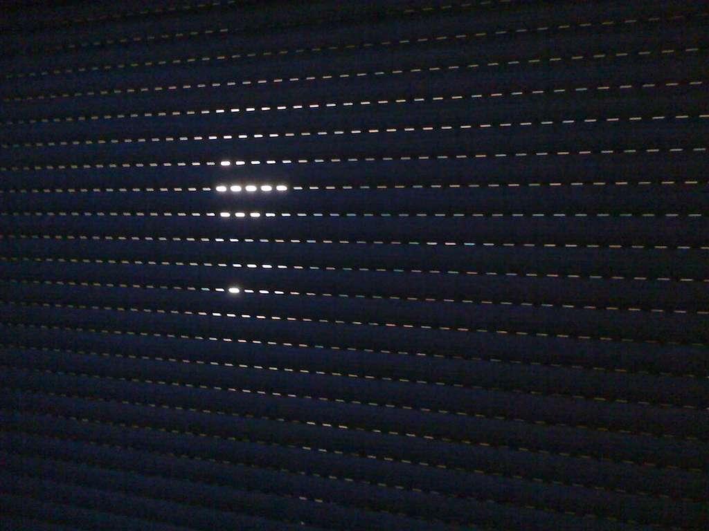 Le volet roulant PVC peut se plaquer contre la fenêtre. © Do u remember, Flickr, CC BY-SA 2.0