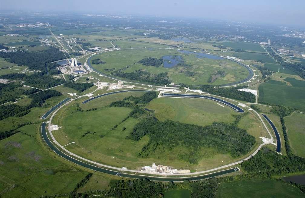 Vue aérienne du Fermilab, avec le Tevatron. Crédit : Fermilab