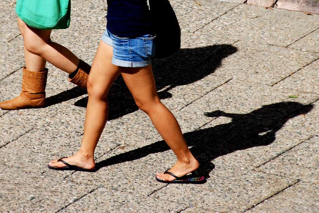 Marcher plus ne veut pas dire qu'il faut prévoir des randonnées. Pour faire plus de pas, il suffit de maximiser ses déplacements à pied lorsque ceux-ci sont possibles. Ainsi, pour des occasions simples, comme aller acheter du pain, il est préférable d'y aller à pied plutôt qu'en voiture. © Leonard John Matthews, Flickr, cc by nc sa 2.0
