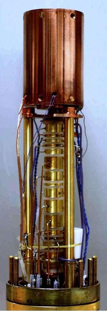 Une photo du piège de Penning utilisé par les chercheurs pour faire basculer le spin d'un seul proton. © Holger Kracke