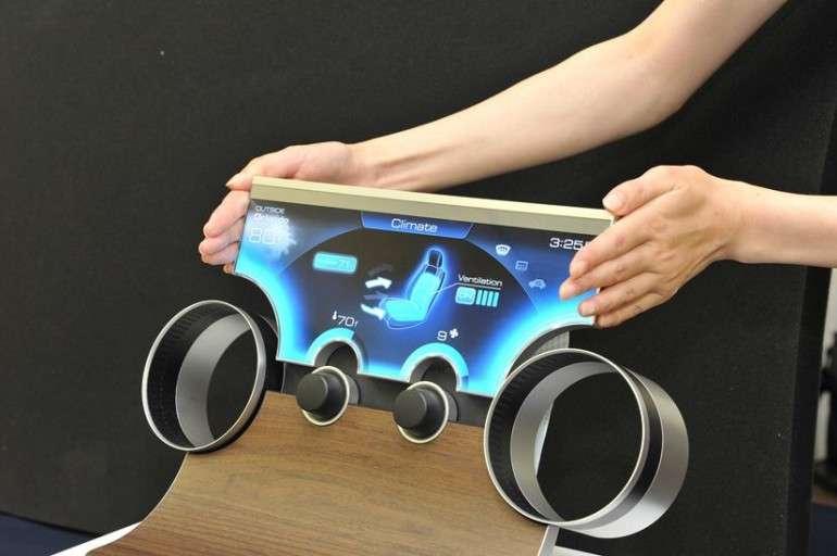 Avec Free-Form Display, Sharp promet des écrans LCD capables de prendre toute sorte de formes, comme le montre ce prototype d'écran pour tableau de bord qui épouse les instruments dont il affiche les fonctions. © Sharp