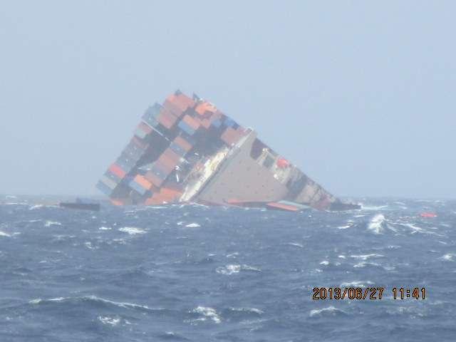 En sombrant, la partie arrière du MOL Comfort a perdu de nombreux conteneurs. S'ils flottent, ils vont constituer un danger supplémentaire pour les autres navires circulant dans l'océan Indien. © GCaptain
