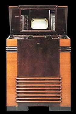 TRK-12 RCA. Vendu 600 dollars aux Etats-Unis en 1939, il s'agit du premier téléviseur destiné au grand public. Son écran de 12 pouces, horizontal, était observé au moyen d'un miroir. Crédit RCA