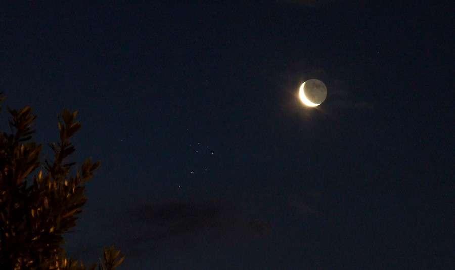 Un précédent rapprochement entre le croissant lunaire (accompagné de lumière cendrée) et l'amas d'étoiles des Pléiades. Crédit J.-B. Feldmann