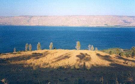 Mer de Galilée - (lac de Tibériade / Kinneret) Vue vers l'est depuis la côte ouest au-dessus de Tibériade. Au fond, le plateau du Golan