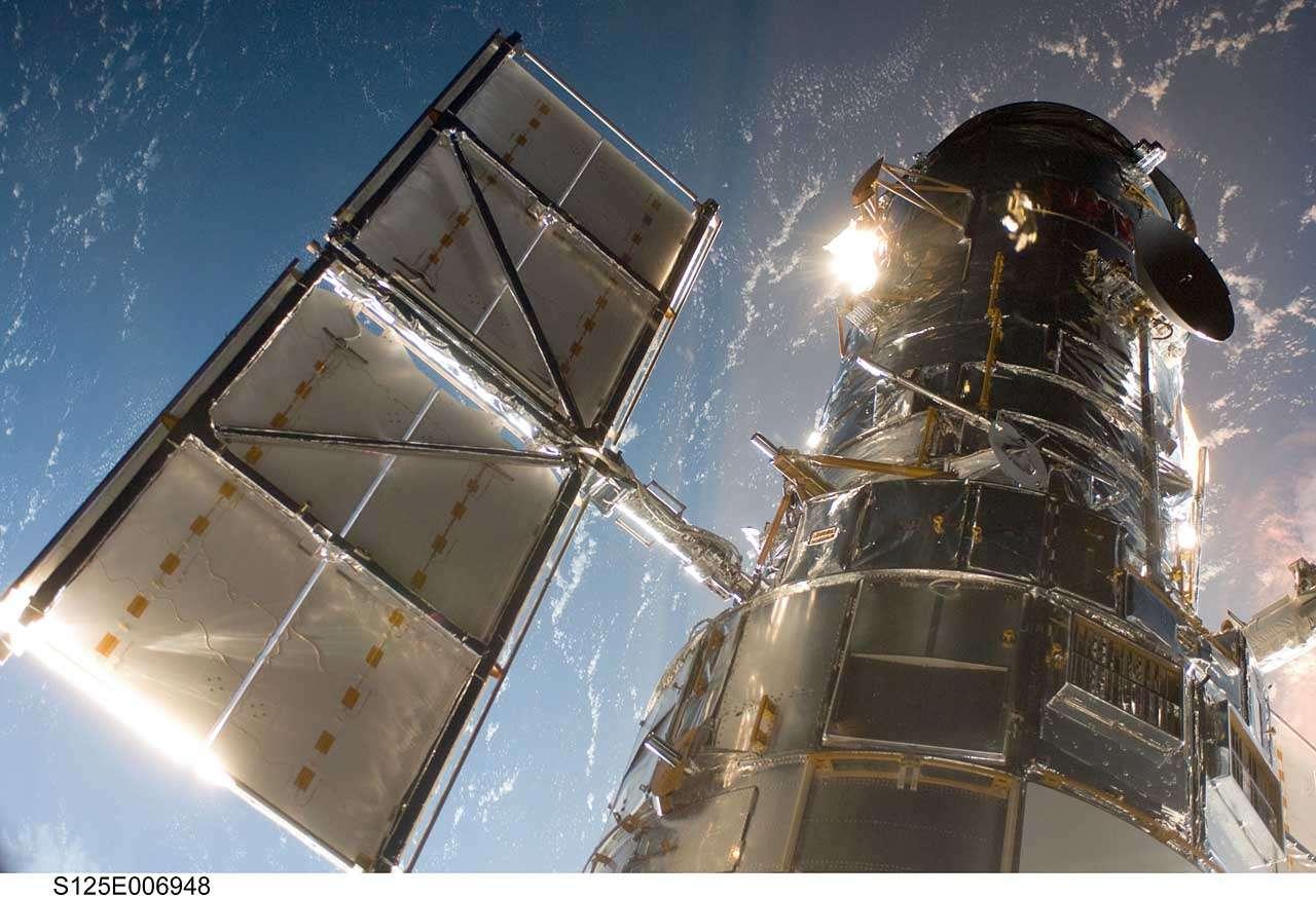 Hubble arrimé à Atlantis. Crédit Nasa
