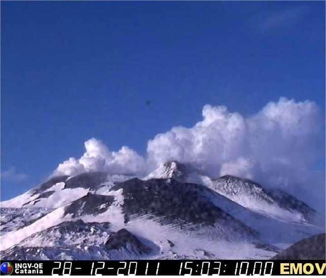 Le sommet de l'Etna le 28 décembre dernier : le volcan sicilien avait déjà annoncé son réveil. © INGV