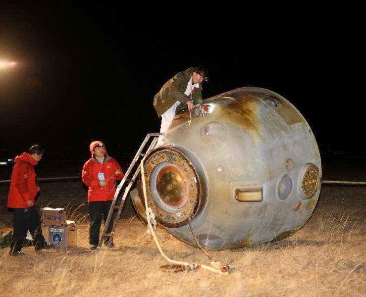 La capsule Shenzhou-8 quelques instants après son retour d'orbite. Après cette mission, la Chine dispose de toutes les technologies nécessaires pour la construction d'une station spatiale. © Xinhua