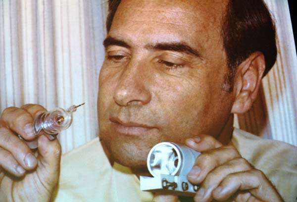 Theodore Maiman a réussi le premier à faire fonctionner un laser optique à rubis. Il a projeté sa lumière le 16 mai 1960. © Kathleen Maiman