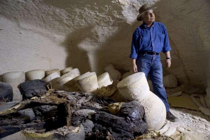Zahi Hawass, en 2005, visite la tombe KV63, dans la Vallée des rois. © Sandro Vannini