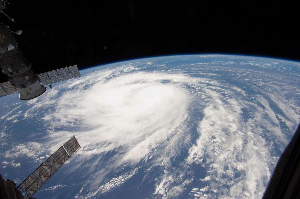 La tempête tropicale Katia a été photographiée depuis la Station spatiale internationale le 31 août 2011. Les vents tournent dans le sens des aiguilles d'une montre dans l'hémisphère sud. La situation inverse est observée dans l'hémisphère nord. © Marshall Space Flight Center
