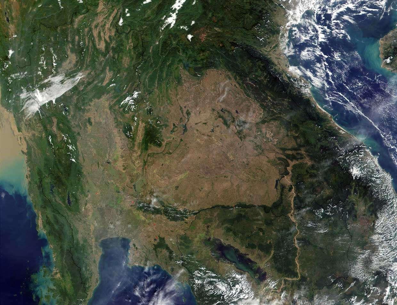 Image satellite montrant l'état relativement déboisé du plateau du Korat et de la plaine centrale de Thaïlande par rapport aux territoires voisins. Crédit Nasa