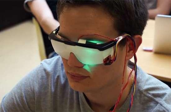 Sur le prototype utilisé pour les essais, les lunettes sont opaques, pour faciliter les réglages. Sur un modèle réel, les verres seraient transparents et la personne les porteraient toute la journée. Dès qu'une perte de vigilance seraient détectée, (dodelinement de la tête ou clignements trop fréquents des yeux), une lumière vient stimuler la personne. De quoi aider les victimes de traumatismes crâniens mais aussi celles et ceux qui doivent rester éveillés longtemps. © ESME Sudria