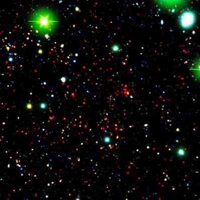 Spitzer observant un amas galactique, situé à 8.15 milliards d'années-lumière de la Terre. Au total, l'équipe en a localisé 25. (Crédits : NASA/JPL-Caltech/UCDavis/Lawrence Livermore National Laboratory)