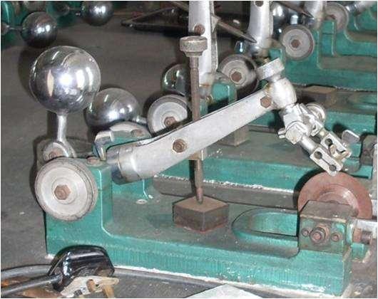 Les disques servant à couper les diamants, de l'épaisseur d'une feuille de papier, sont souvent en cuivre, en bronze ou parfois en d'autres alliages. Ils tournent généralement à une vitesse comprise entre 4.500 et 6.000 tours par minute. La pierre est quant à elle maintenue dans une pince. © 1-Diamant.com