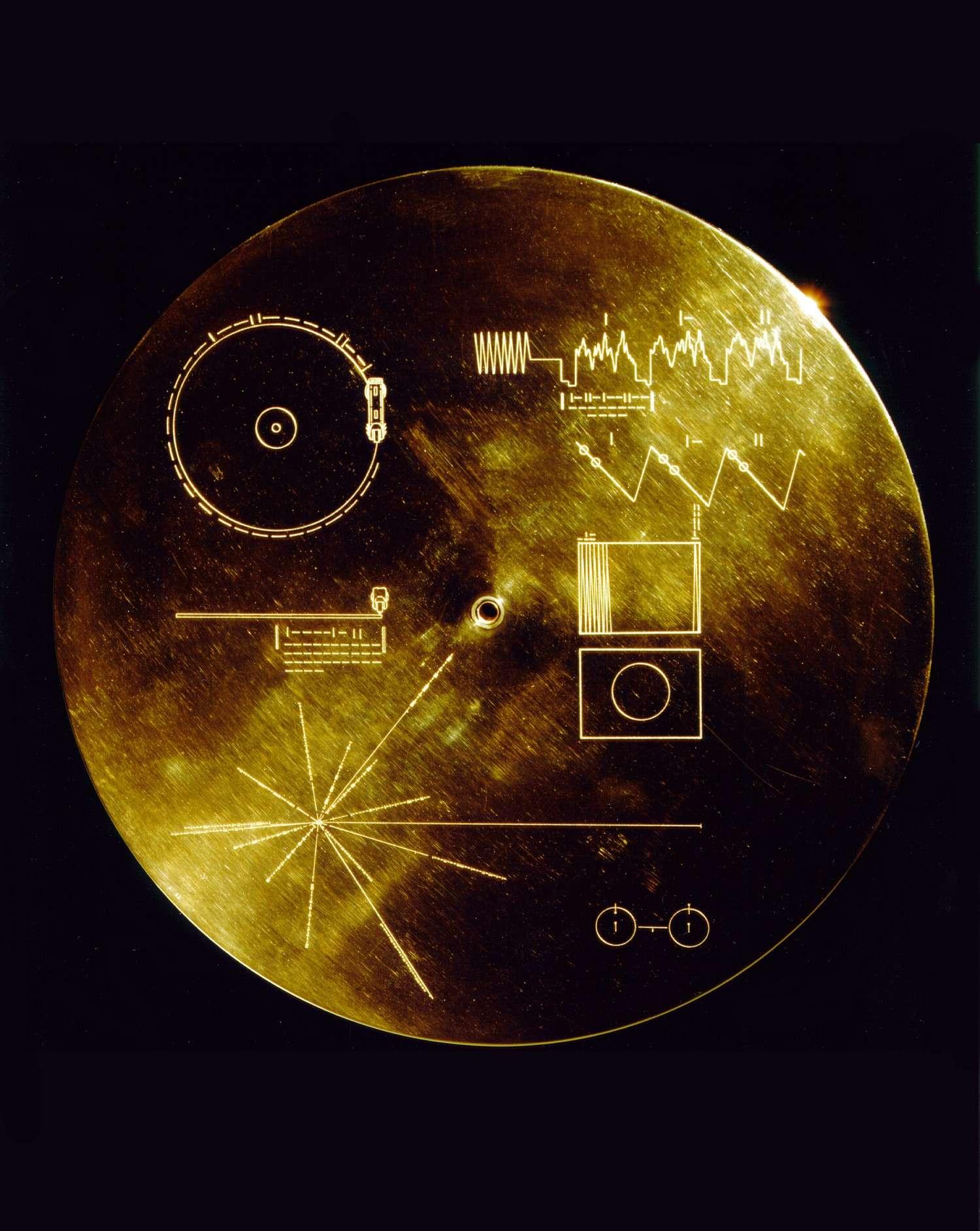 Les deux sondes Voyager emportent avec elles le Voyager Golden Record, un disque rempli de sons et d'images terrestres à l'attention d'éventuelles civilisations extraterrestres. © Nasa