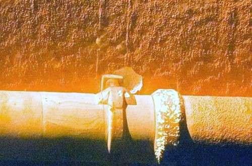 Détail du réservoir externe. De petits éclats comme celui-ci ne sont pas considérés comme critiques. Crédit NASA.