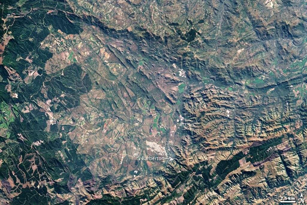 La ville de Barberton (Afrique du Sud) et ses montagnes environnantes peuvent être observées sur cette image prise par le satellite Landsat. Les roches rouges dateraient de plus de trois milliards d'années. Elles abritaient les plus vieilles traces connues de photosynthèse... jusqu'à ce jour. © Nasa, Jesse Allen
