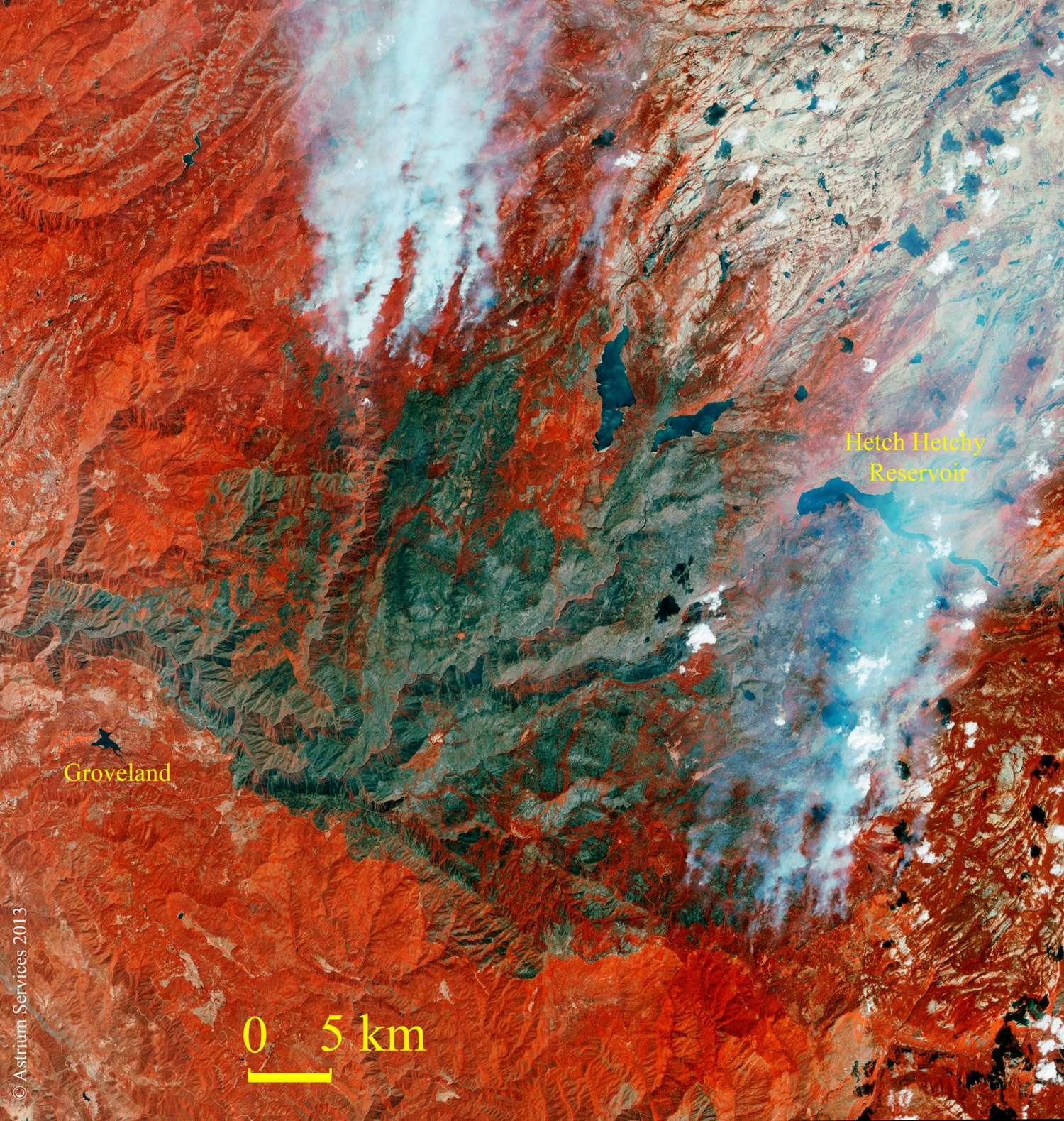 L'incendie de Yosemite, observé par le satellite Spot-6 dans le proche infrarouge. Cette bande fait apparaître très distinctement les zones boisées en rouge et les espaces brûlés en brun. © Astrium Services, 2013