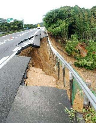 Une faille active peut engendrer une rupture du terrain à la surface du sol. © DR
