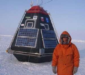 """Jean Louis Etienne au côté du Polar Observer au Pôle Nord, avant son départ Crédit : © Francis Latreille. Avec l'aimable autorisation de la """"Mission Banquise"""""""