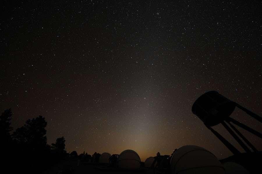 Vue sous le ciel pur du Nouveau-Mexique, la lumière zodiacale s'élève depuis l'horizon derrière lequel le Soleil s'est couché. Crédit Malcolm Park (North York Astronomical Association)