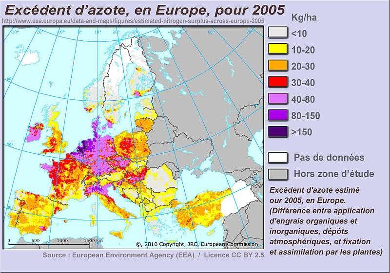 En Europe, on peut observer un excédent d'azote (exprimé en kg/ha) dans presque tous les sols agricoles. Des études antérieures ont déjà montré que le rejet d'engrais dans les eaux était responsable de son eutrophisation (dégradation de l'eau par rejet de matières organiques et de nitrates par exemple). Dans cette nouvelle étude, les scientifiques suggèrent que sur le long terme, l'apport d'azote et de phosphate dans le sol déstabilise son équilibre. © Lamiot, cc by sa 2.5