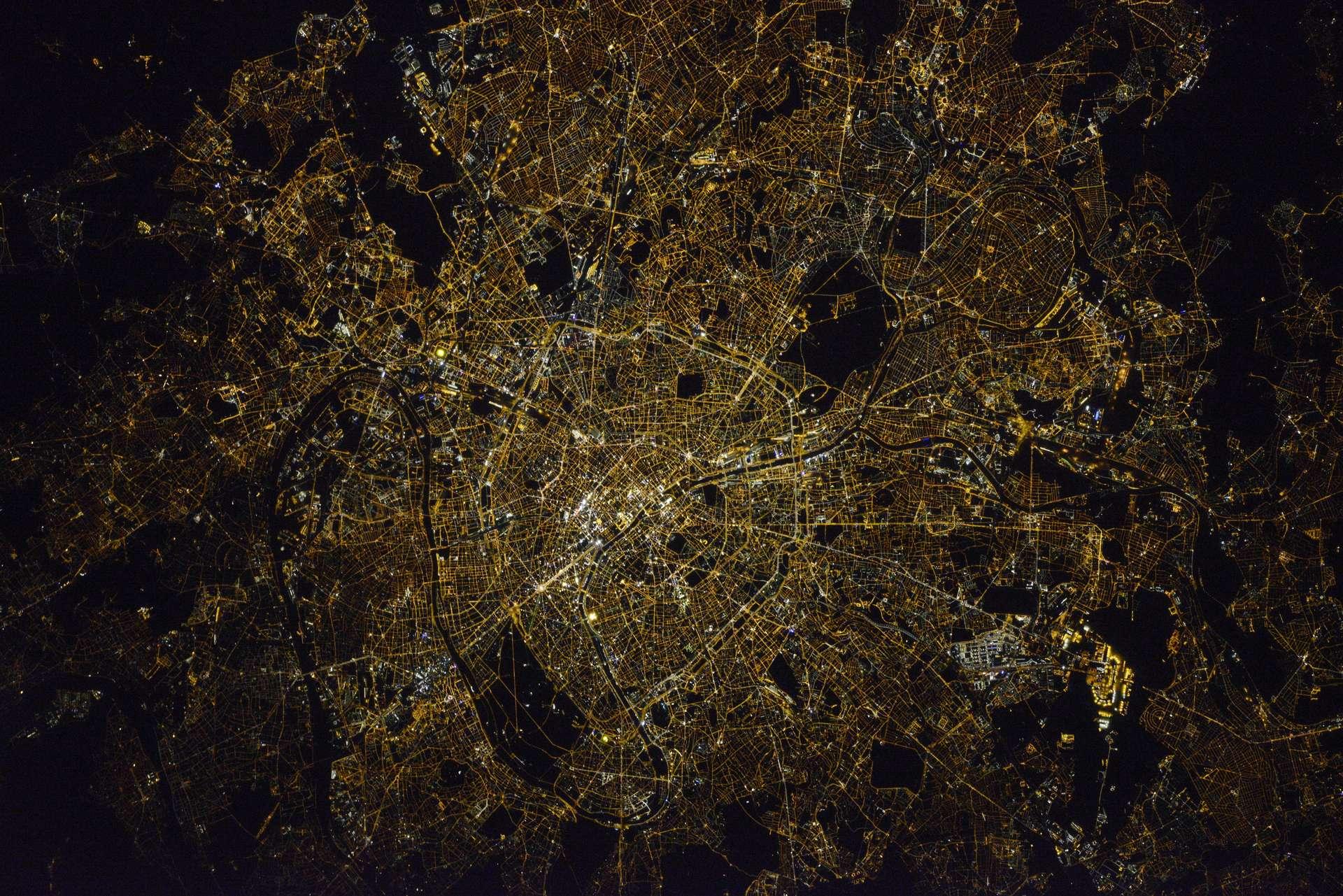 Une photographie nocturne de Paris prise par Thomas Pesquet, et réalisée avec une mise au point manuelle (avec l'aide de son camarade Russe Oleg), pendant sa première mission dans l'espace, en 2017. © Roscosmos–O. Novitskiy