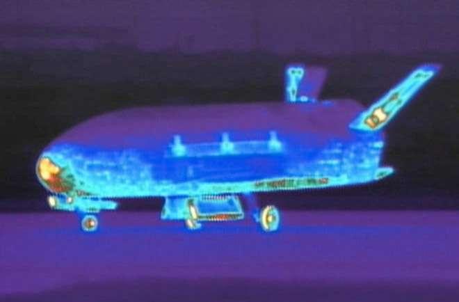 Quelques minutes après l'atterrissage du second exemplaire du programme X-37B. Un retour sur Terre programmé de nuit pour éviter que les curieux remarquent les éventuelles traces de son séjour prolongé dans l'espace. © AF Space Command