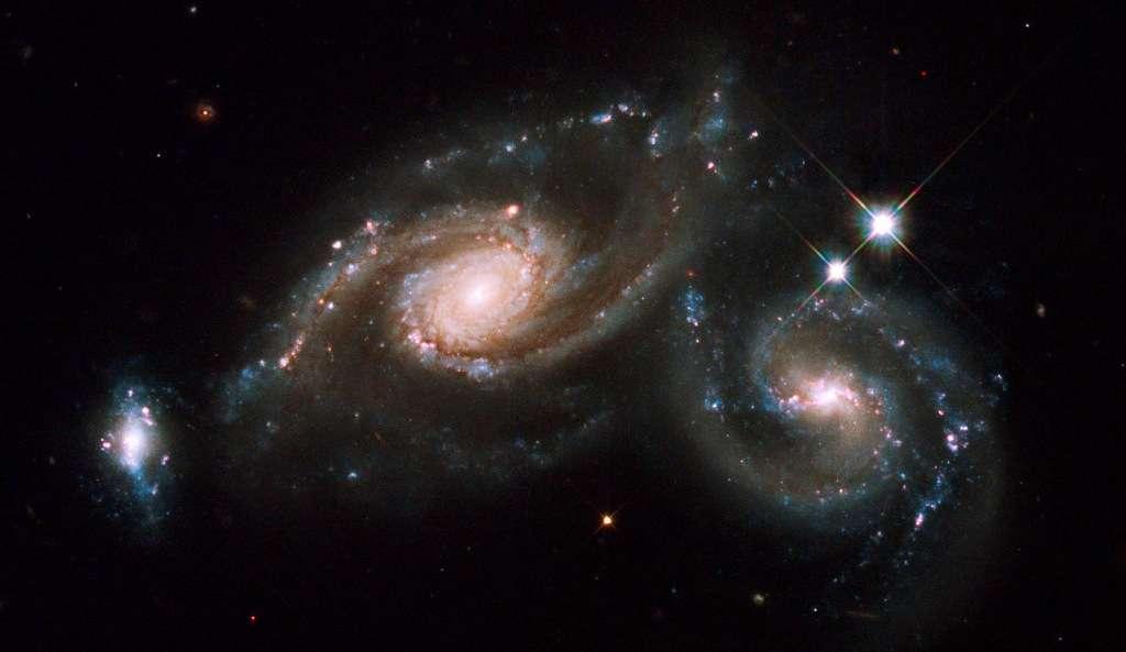 Arp 274, également connu sous le nom de NGC 5679, est une collision de galaxies spirales. Cet ensemble se trouve à environ 400 millions d'années-lumière, dans la constellation de la Vierge. © Nasa, Esa