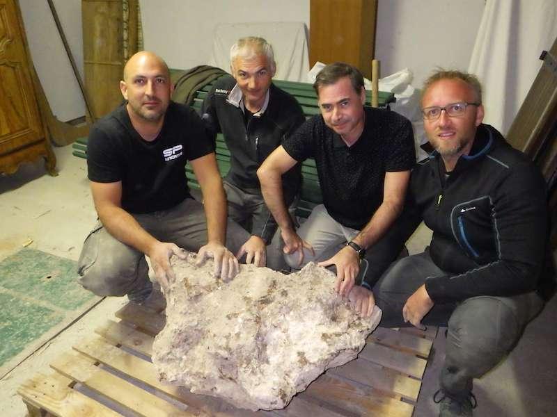 Pierre Antonin, Alain Gallien, Emmanuel Dransart, Brian Barret ont découvert le 3 octobre 2018 ce fragment de 477 kg appartenant à la plus grosse météorite de France, dite de Saint-Aubin. © SAF