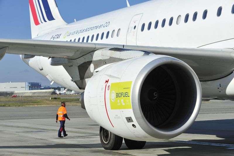 L'Airbus A321 du vol Toulouse-Paris AF6129, le 13 octobre 2011, dont les réservoirs renfermaient à la fois du Jet A1 et du biokérosène. Ce vol a aussi permis d'expérimenter d'autres solutions pour réduire la consommation : allègements multiples et optimisation de la navigation. © Air France