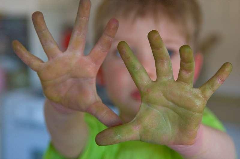 En général, les jeunes enfants sont déjà majoritairement droitiers avant l'âge de quatre ans. Selon cette étude, la latéralité manuelle serait déterminée dans les gènes et se mettrait en place au cours du développement embryonnaire. © St0rmz, Flickr, cc by sa 2.0