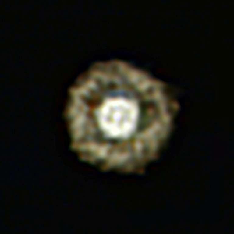 Iras 17163-3907 est l'une des 30 étoiles les plus brillantes dans le ciel infrarouge, à une longueur d'onde de 12 microns observée par Iras, mais elle a été peu observée, car elle est très faible en lumière visible. On la voit ici grâce à la caméra infrarouge Visir sur le VLT. Les trois filtres infrarouge moyen qui ont été utilisés laissent passer la lumière aux longueurs d'onde autour de 8.590 nm (coloriée en bleue), 11.850 nm (coloriée en vert) et 12.810 nm (coloriée en rouge). © ESO/E. Lagadec