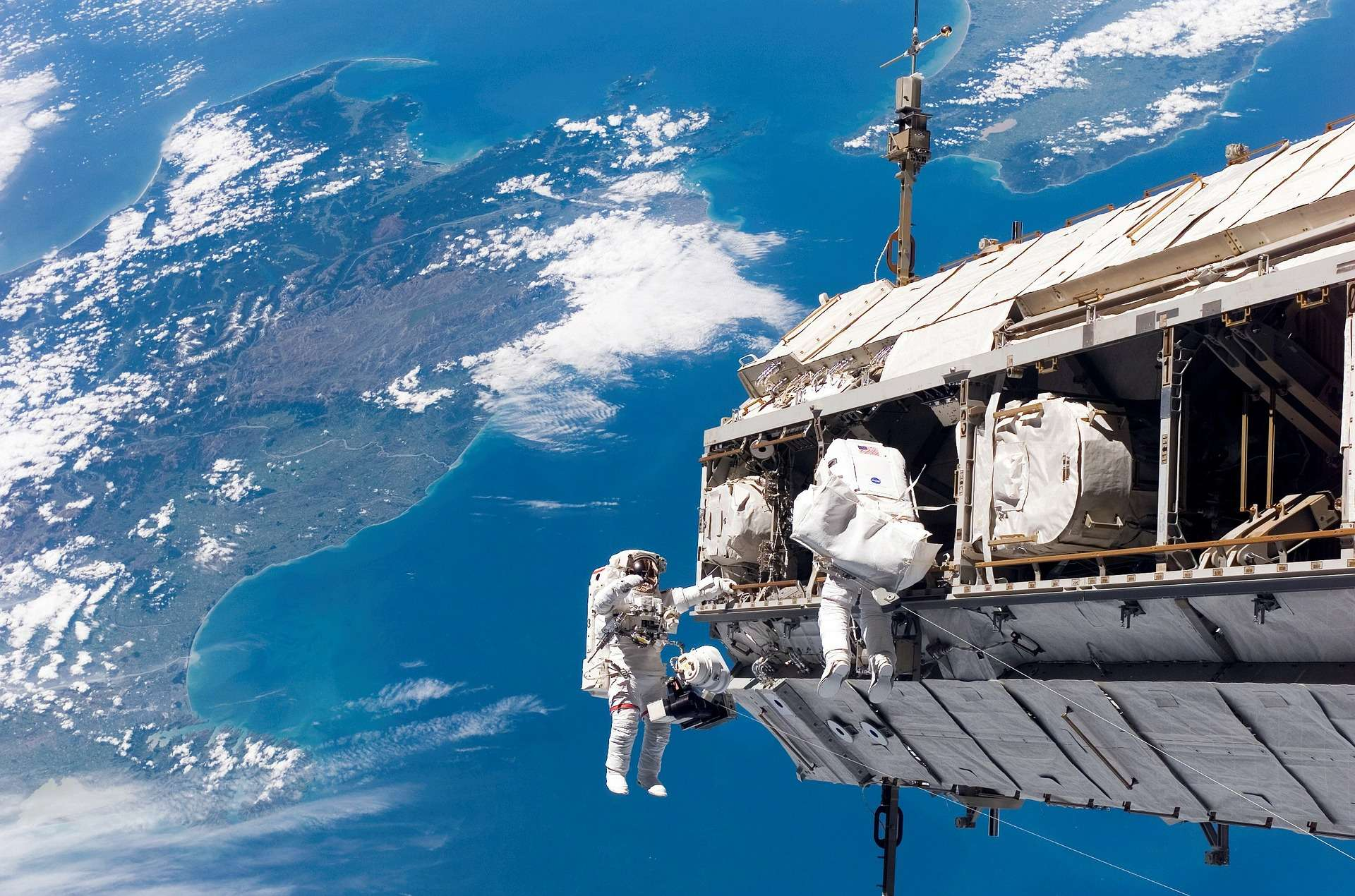 Le premier spacewalker est Alexei Leonov, un astronaute russe. Il a réalisé la première marche dans l'espace le 18 mars 1965. © Nasa