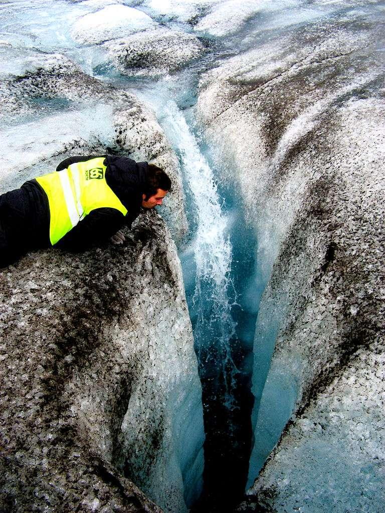 La suie et en particulier le carbone noir absorbent beaucoup le rayonnement solaire, et s'échauffent. À la surface d'un glacier, une couche fine de particules de ce type peut fournir beaucoup de calories pour la fonte de la glace de surface. © Ville Miettinen, Wikipédia, cc by 2.0