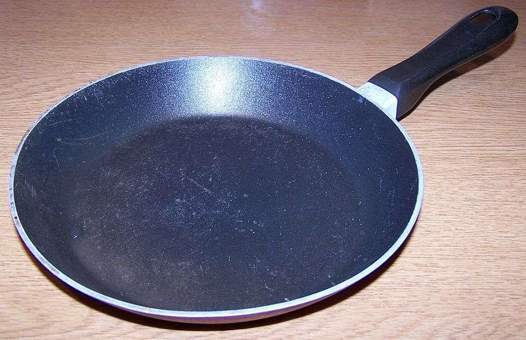 Le fluor entre dans la composition du Teflon, un matériau antiadhésif notamment utilisé comme revêtement dans les ustensiles de cuisine. © Lcarsdata, Wikimedia Commons, GNU 1.2